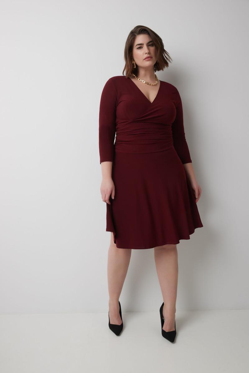 morphologie en 8 avec du ventre robe en bordeaux ceinturée longueur genoux escarpins noirs