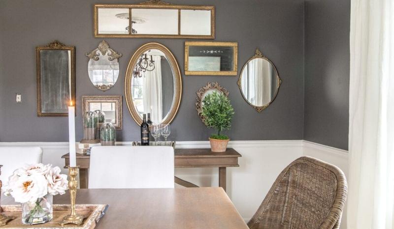 mur de miroirs salle a manger table bois peinture gris anthracite cadres miroirs