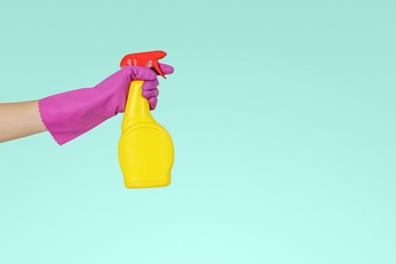 nettoyer ecran pc produits maison flacon pulvérisateur gants