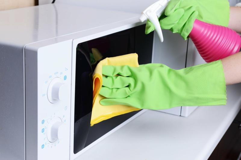 nettoyer four micro onde nettoyer les portes du micro onde par un nettoyant à vitres