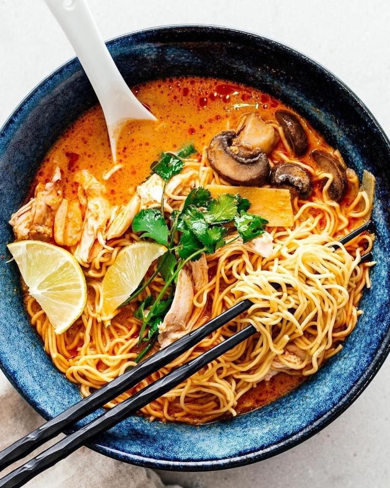 nouilles japonaises dans un bol de soupe avec citron champignons et sauce
