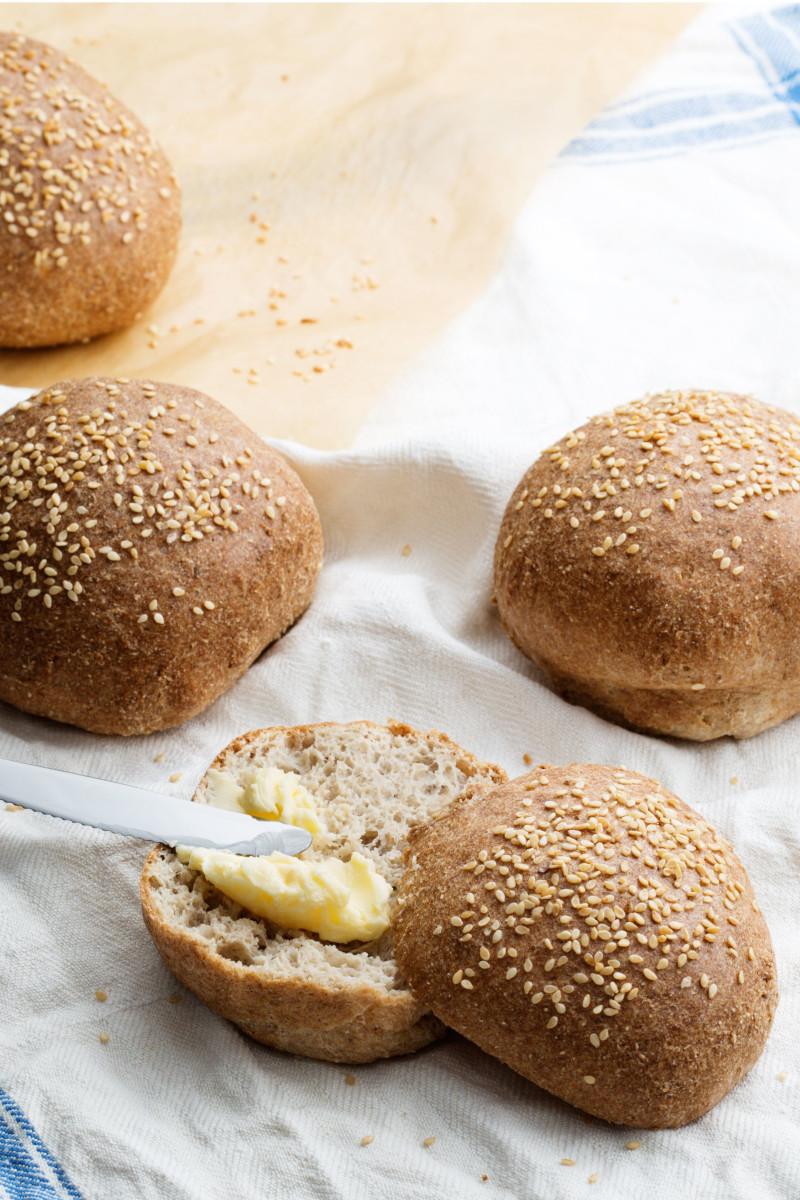 pain keto farine de coco petits boules de pain coupés en deux beurrés