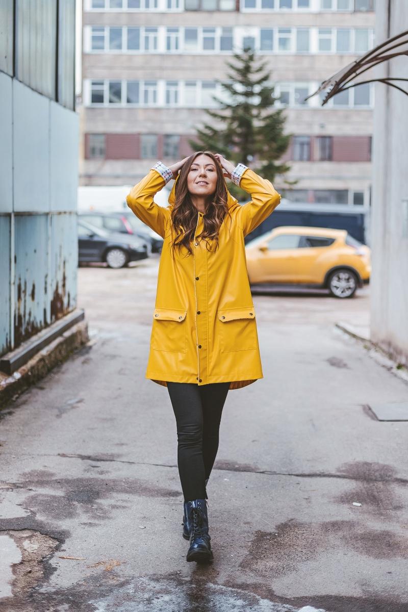 parka imperméable femme couleur jaune poches slim fit pantalon noir