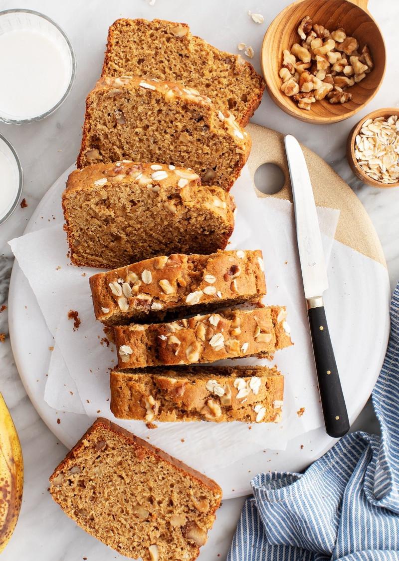 petit dejeuner low carb aux graines et noix tranché sur une planche à découper ronde