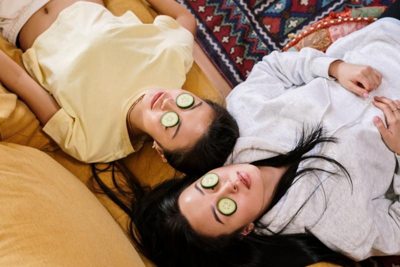 poches sous les yeux foie deux amies qui ont des concombres sur les yeux