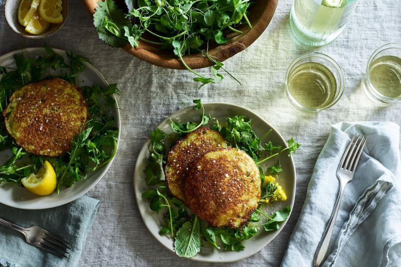 pomme de terre a la poele avec salade verte en accompagnement et quartiers de citron
