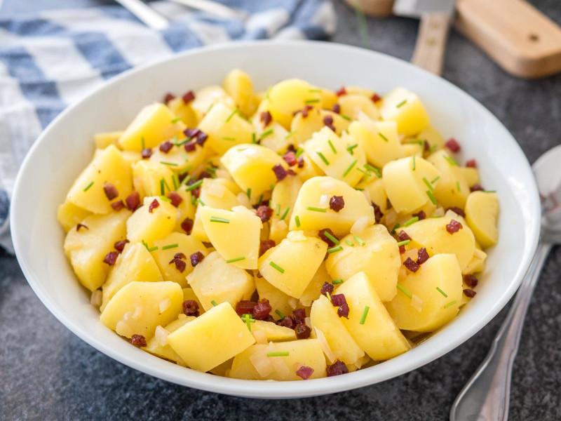 pomme de terre en salade avec de l aneth servie dans un bol de service blanc