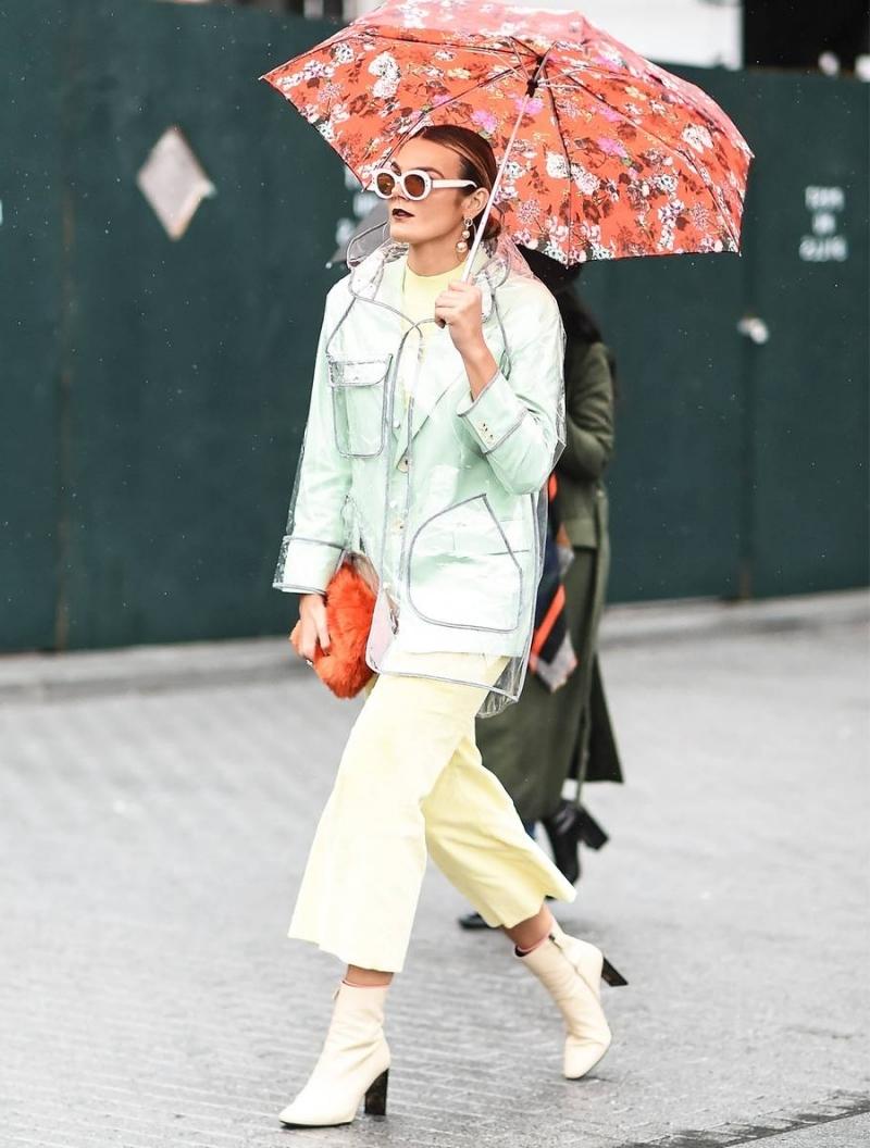 poncho pluie transparent lunetts soleil monture blanche bottes