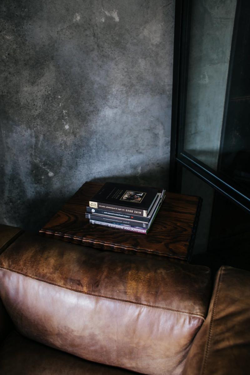 pouf design salon moderne au style industriel meuble en cuir marron mur anthracite