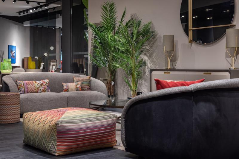 pouffe moderne multicolore salon moderne avec canapé gris clair et coussins multicolores