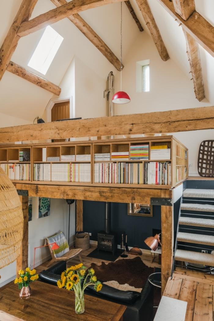 poutres bois plafond haut aménagement petit studio peinture foncée mur