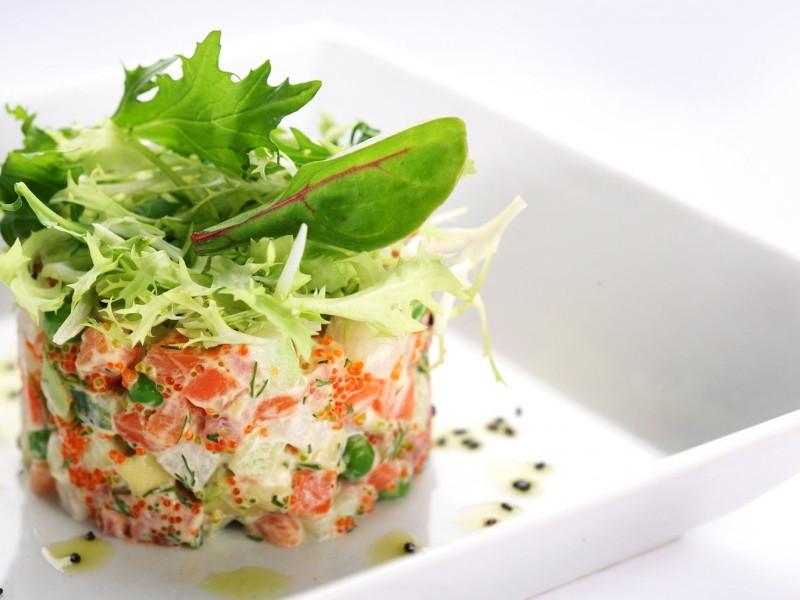 présentation salade composée aux legume feuilles oignon rouge tomate concombre et vinaigrette