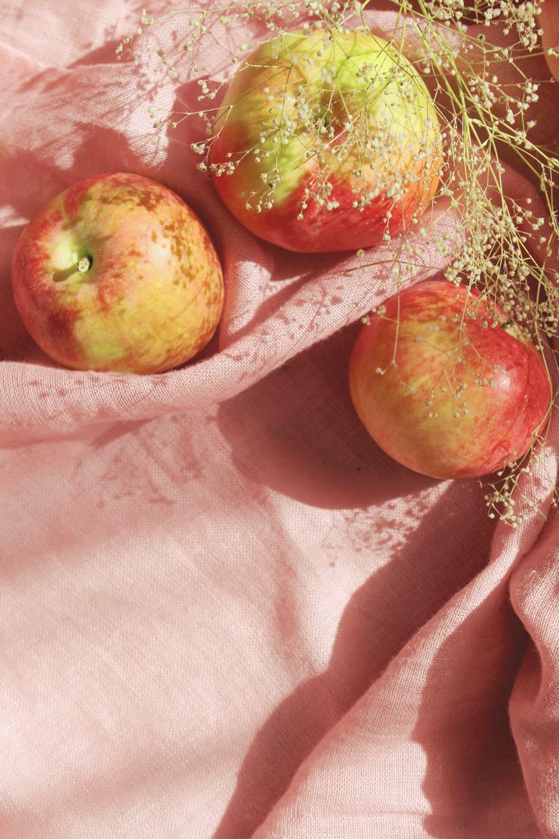 quand ramasser les pommes trois grandes pommes rouges sur un tapis