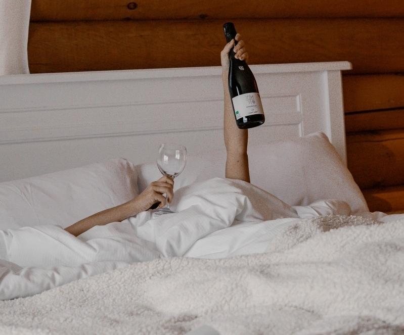 que manger après une cuite repos femme lit douillet repos