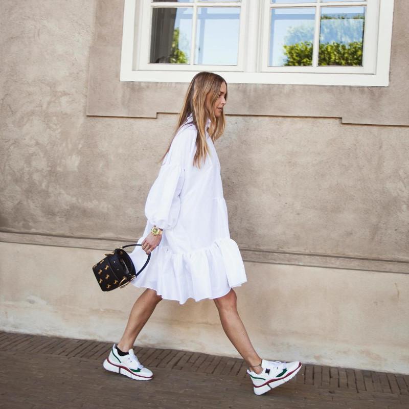 quelle robe quand on a du ventre robe blanche fluide longeur genoux associée avec des baskets