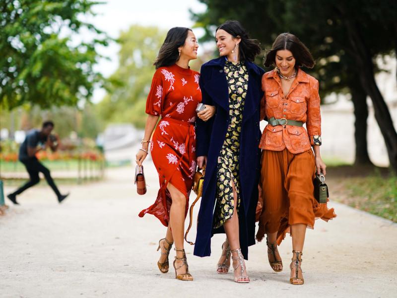 quelle robe quand on a du ventre trois femmes aux robes rouge noire fleurie et orange ceinturée