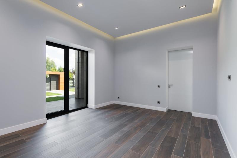 rénovation d appartements une pièce renouvelée aux murs peints en gris clair