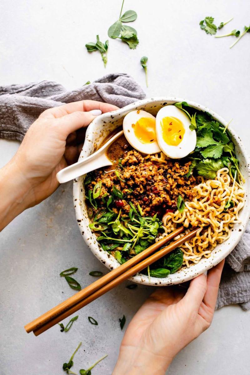 ramen instantané avec des légumes frais oeufs bouillon soupe chinoise