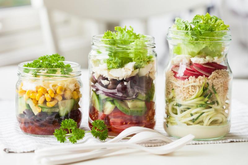 recette de salade froide pour buffet ou pour déjeuner au bureau en bocal tomates maïs laitue concombre