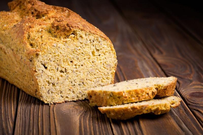 recette pain cetogene tranches de pain parfaits sur une table en bois
