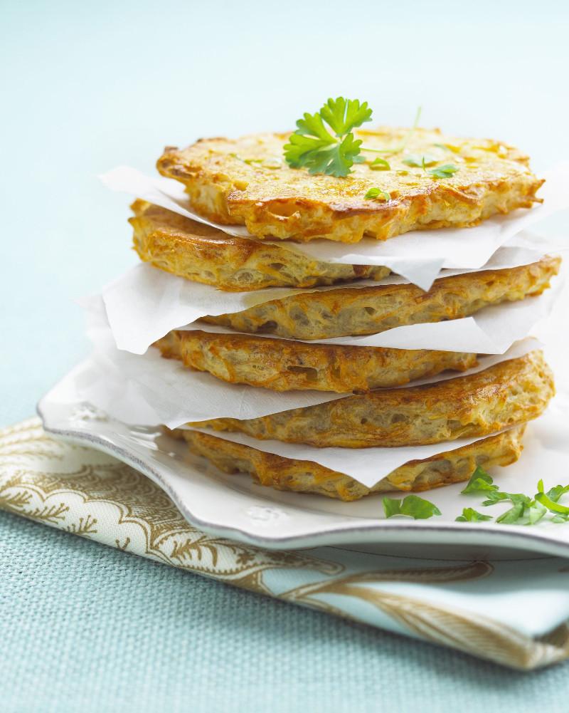 recette pommes de terre croustillante avec des herbes papier absorbant entre les galettes