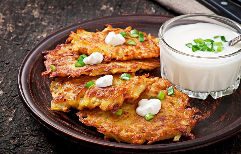 recette pommes de terre frites servies avec du yaourt à l ail et herbes dans une assiette marron