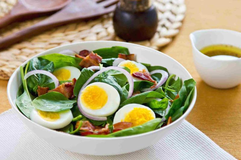 recette pour maigrir du ventre salade aux oeufs épinards oignon bacon et vinaigrette