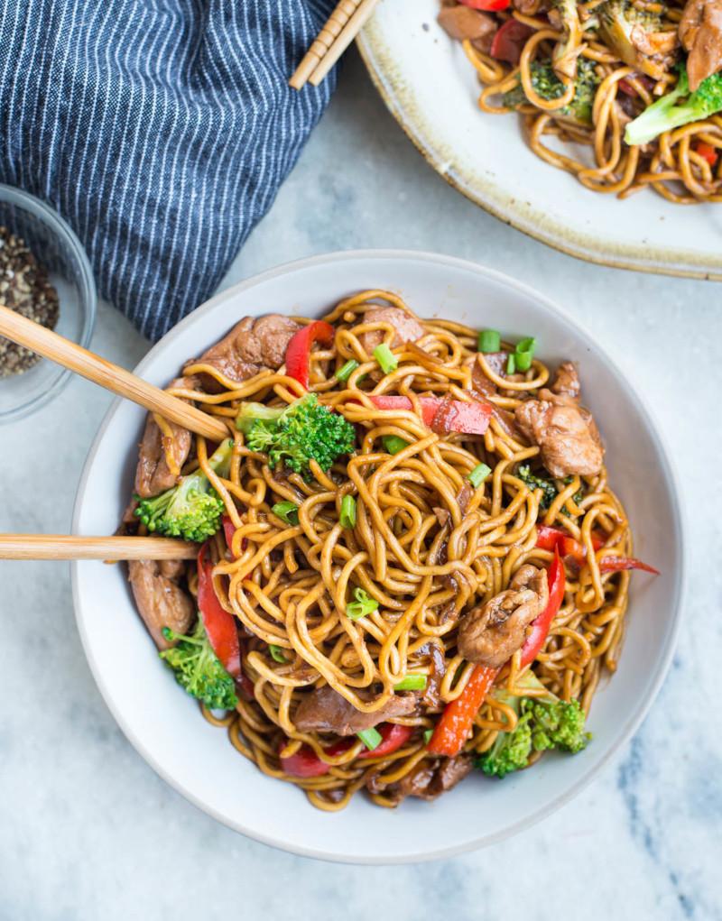 recette ramen poulet traditionnel avec des légumes frais brocolis pate chinoise