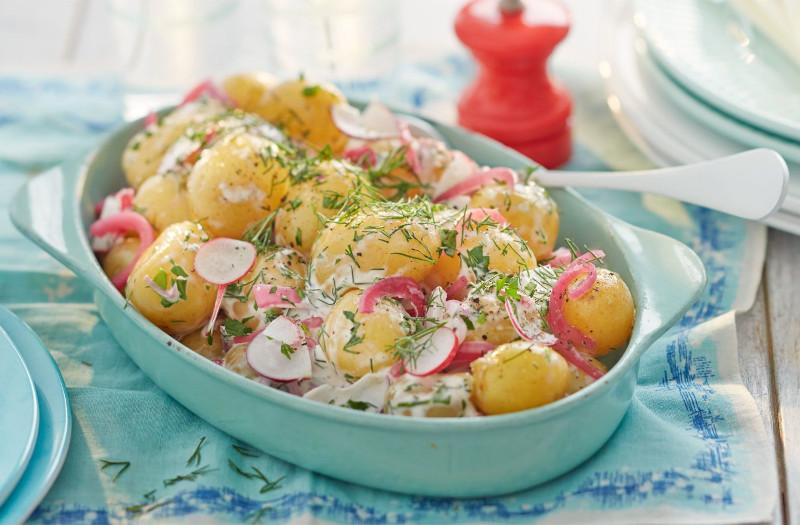 recette salade de pomme de terre aux radis aneth servie dans une assiette de service bleue