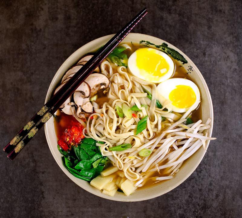 recette soupe chinoise nouille germes de légumes légumes frais et oeuf