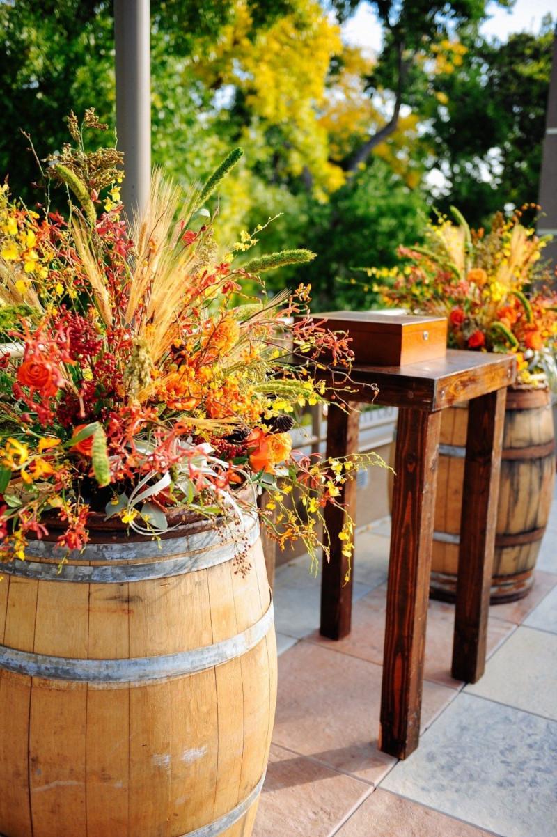 relooker un tonneau creer un pot de fleur joli et original a poser dans le jardin ou sur le balcon