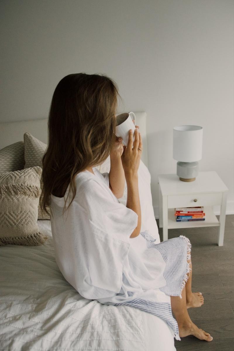 repos tasse de café femme au lit que manger après une cuite