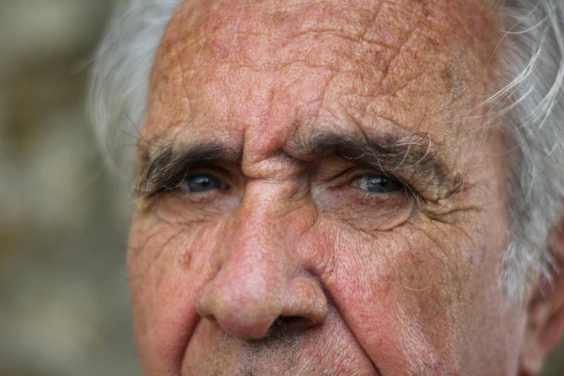 rides sous les yeux les yeux d un vieil homme qui a des cernes