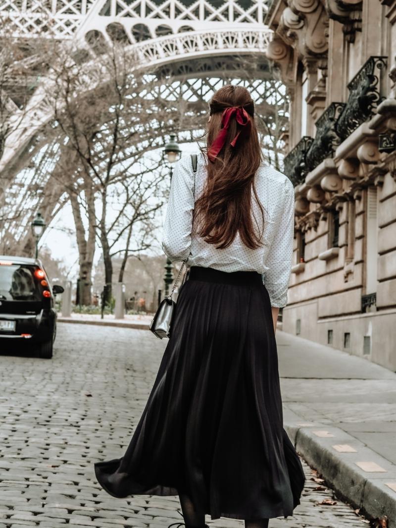 robe automne une fille très élégante devant la tour eiffel