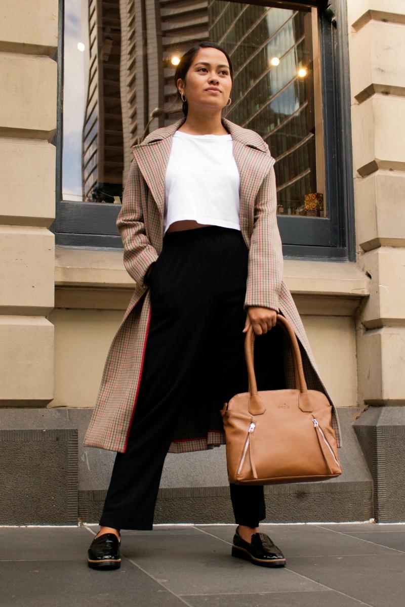 robe habillée une femme éléante qui porte un sac en cuir