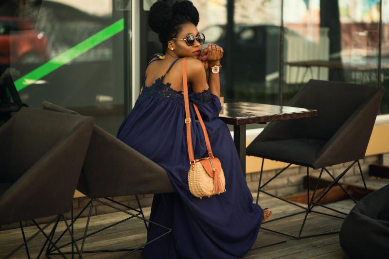robe pour femme ronde avec du ventre robe fluide en bleu foncé sac à main beige et camel