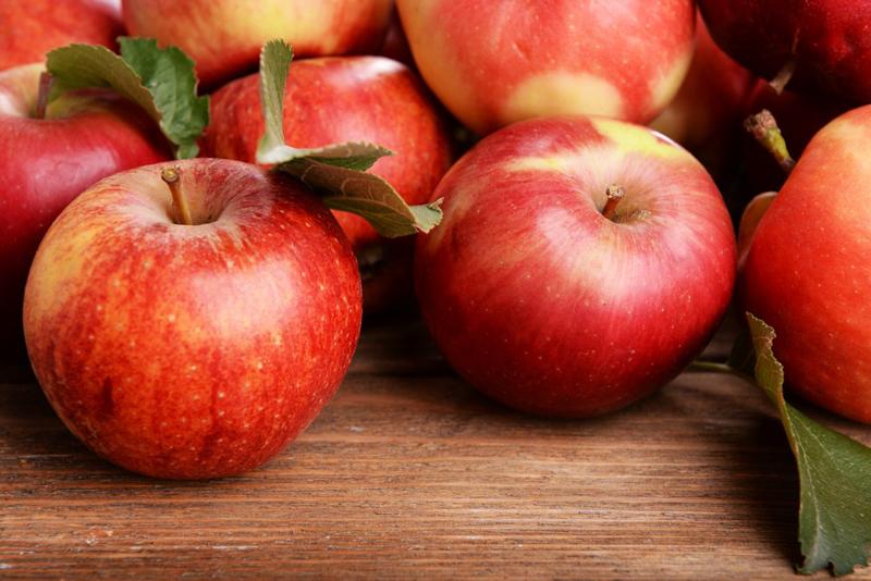 saison des pommes pommes rouges gala royale dans un panier