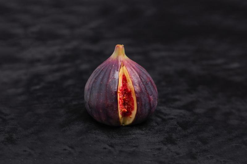 saison figue la figue noire ou violette fendue au milieu