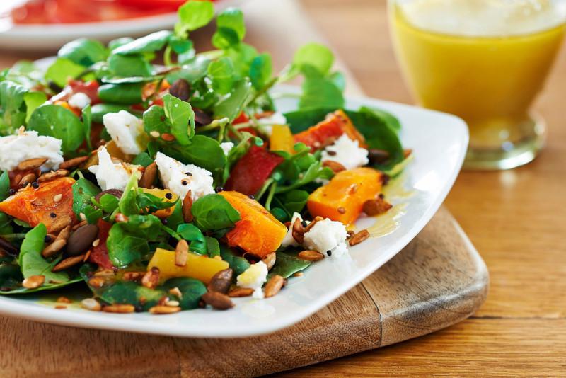 salade composée minceur a la patate douce feta épinards graines de tournesol