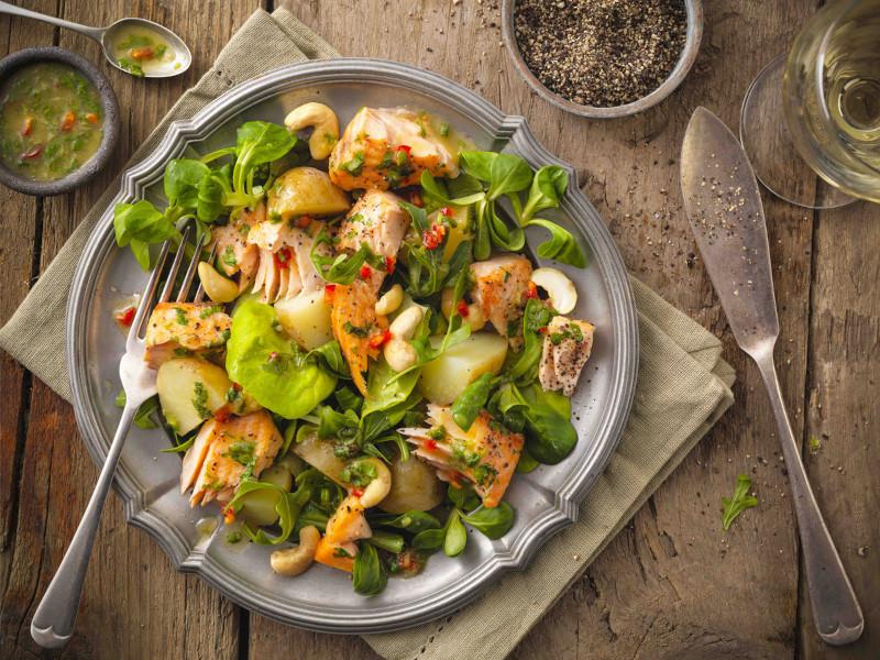 salade composée originale de saumon noix de cajou agrumes legumes feuilles