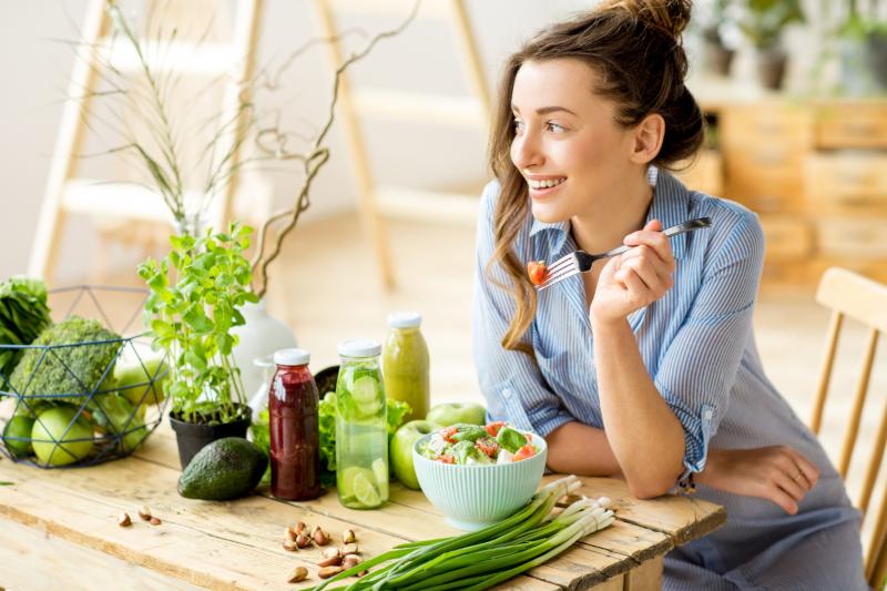 salade dietetique legumes feuilles oignon de printemps avocat legumes femme en bonne sante