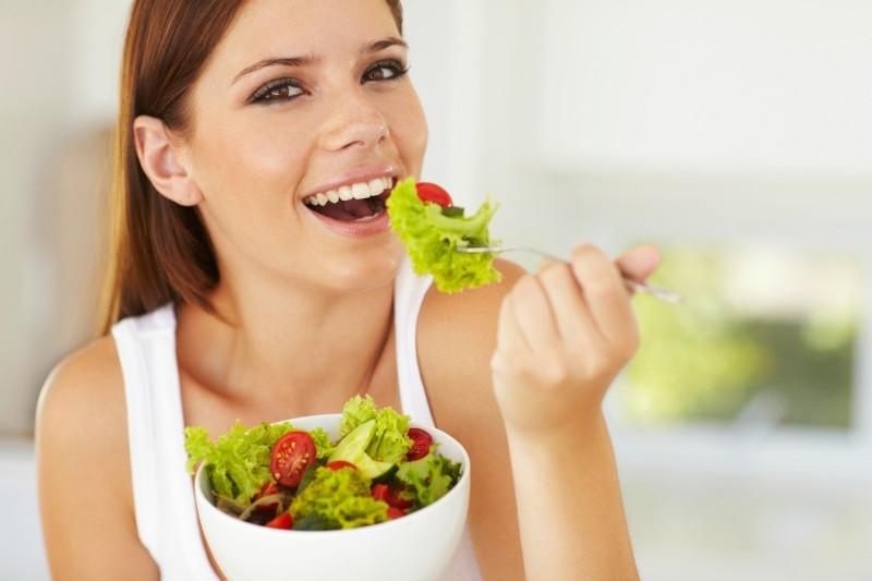 salades composées originales entrées froides femme en bonne santé salade beaucoup de bienfaits