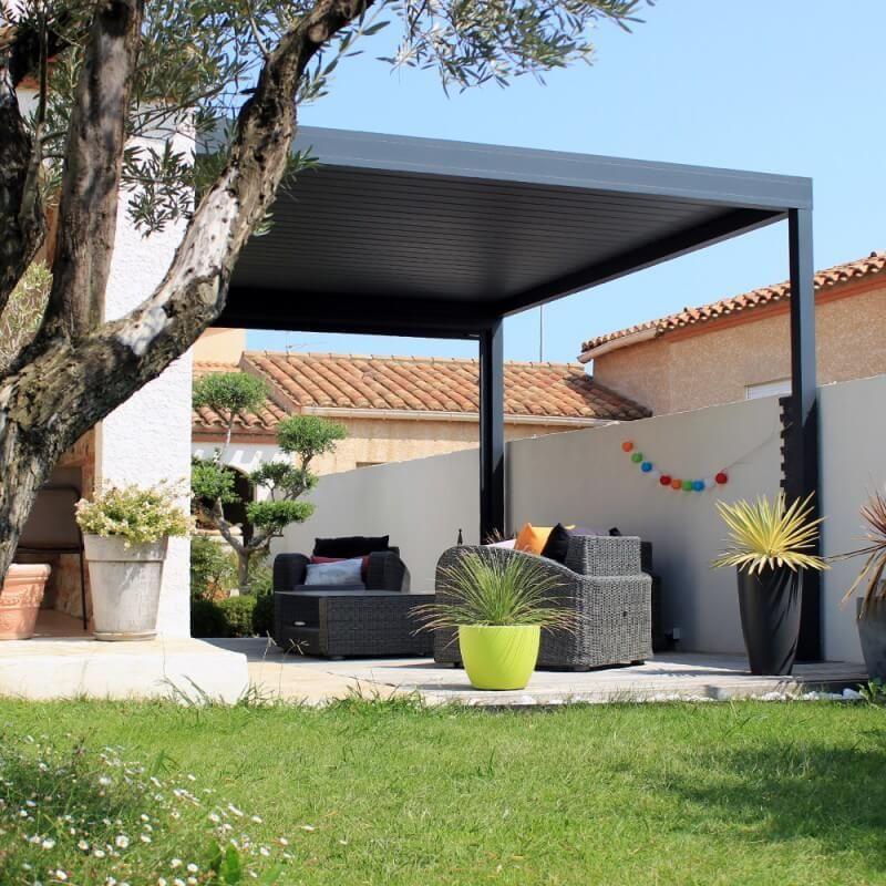 salon de jardin extérieur avec pergola bioclimatique en aluminium moderne et chic