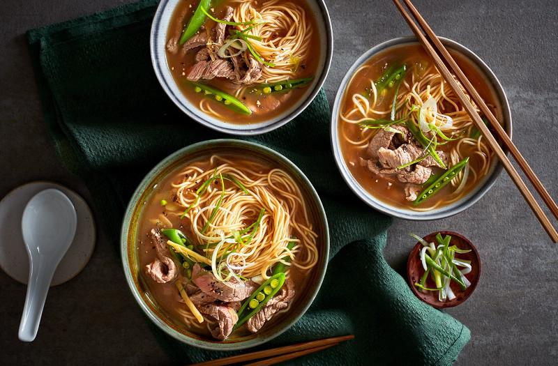 soupe chinoise au boeuf avec bouillon pate haricots verts dans des bols a soupe