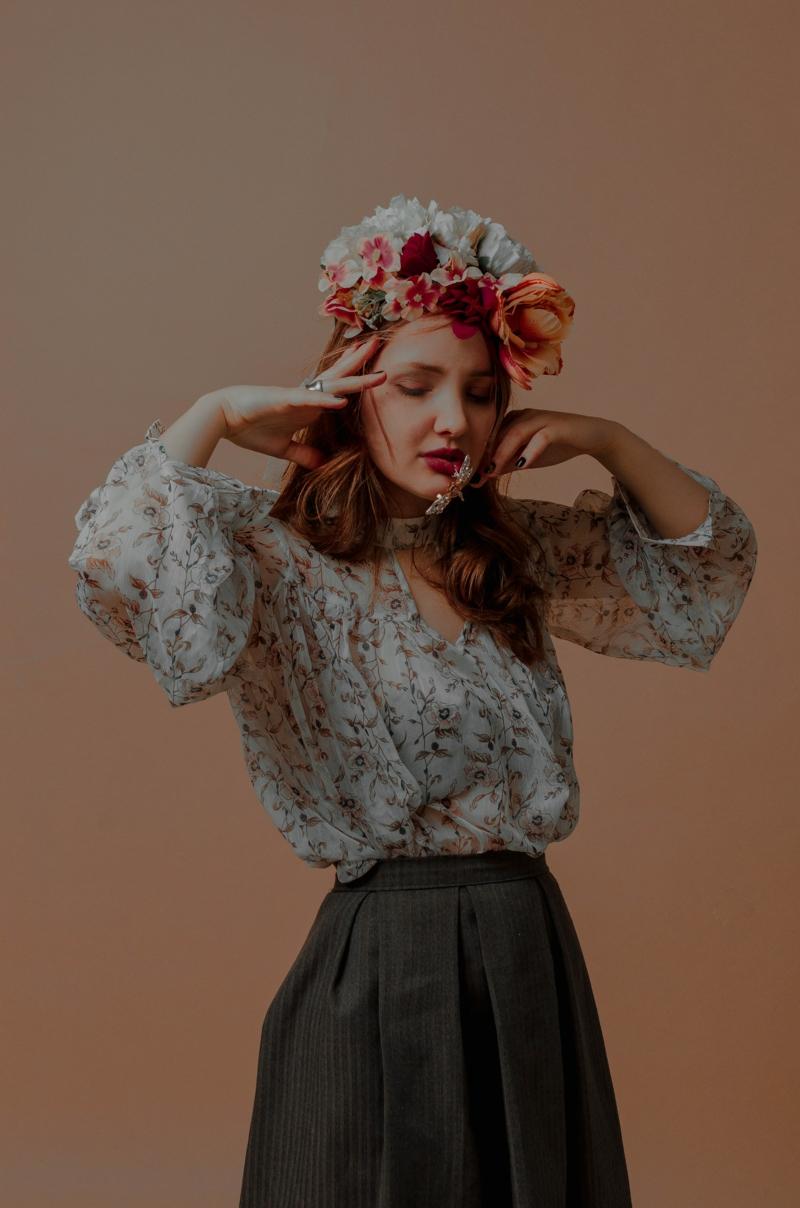 style classe femme une chemise fleurs rentrée dans une jupe noire