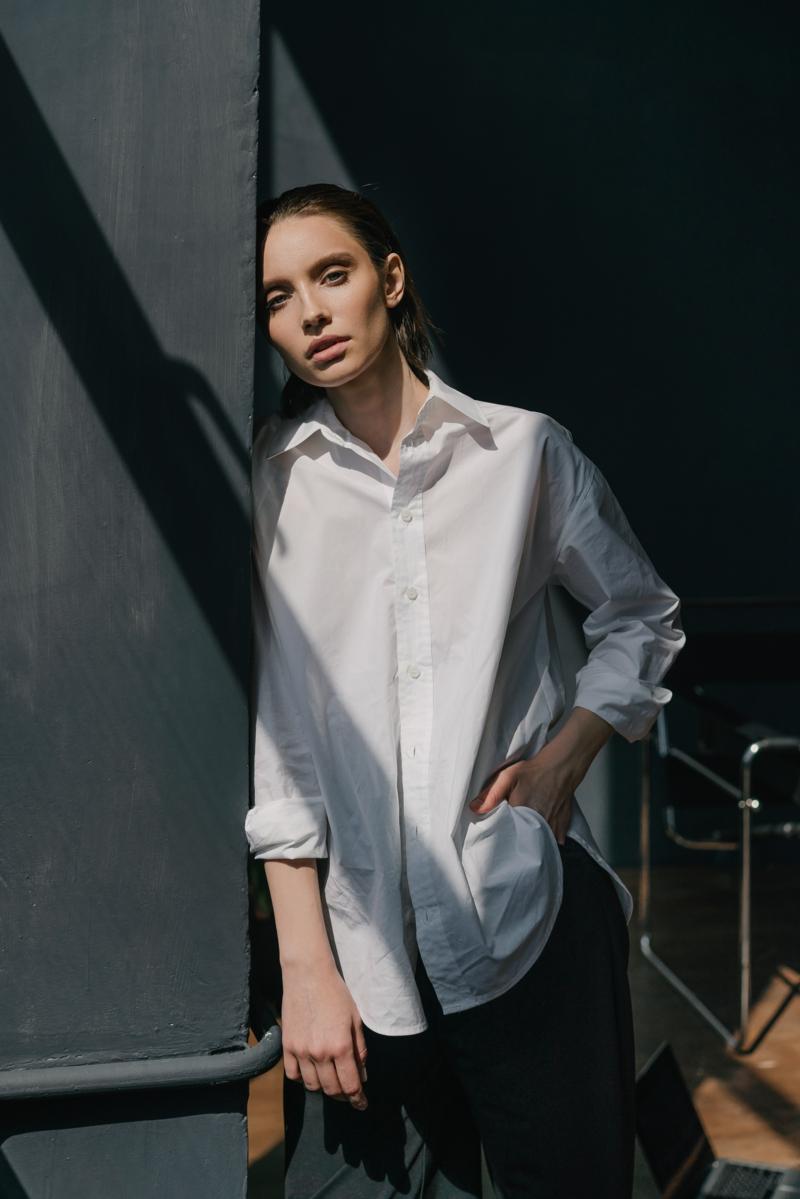 style classe femme une chemise très longue et blanche jean noir