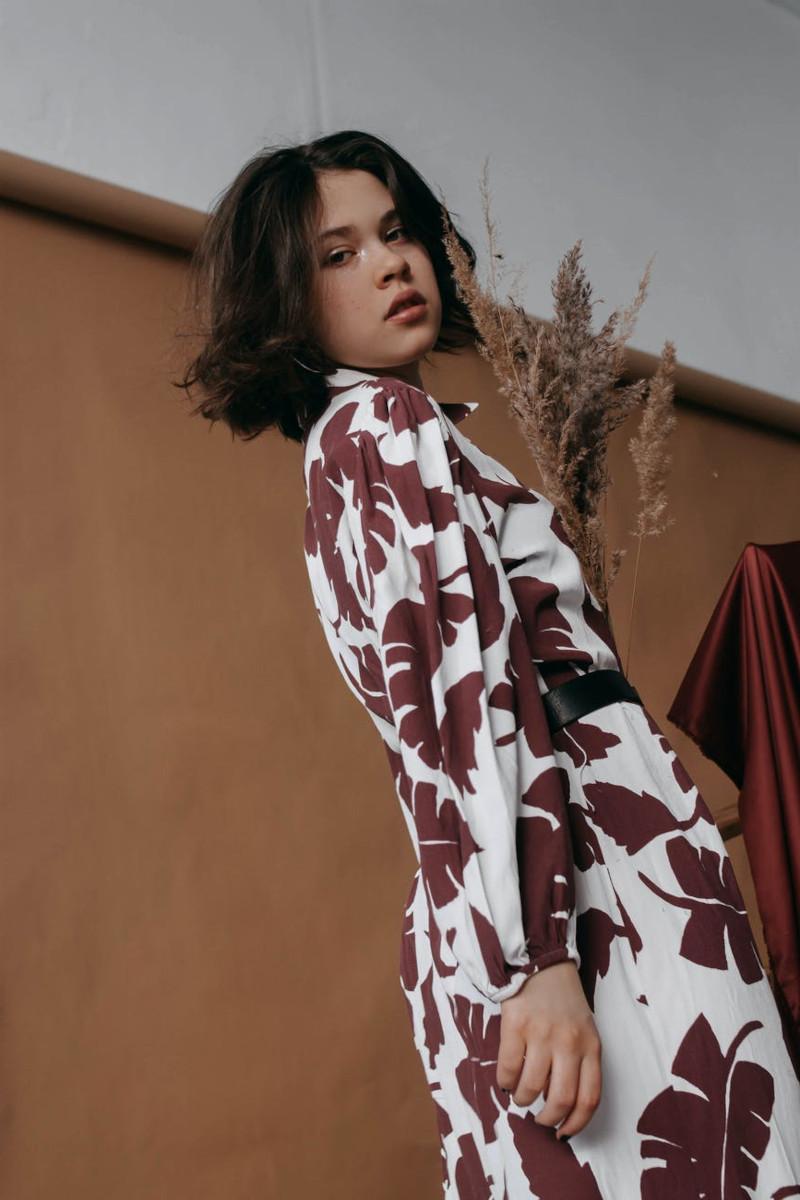 style vestimentaire femme ronde robe en blanc et marron femme aux cheveux marron en carré