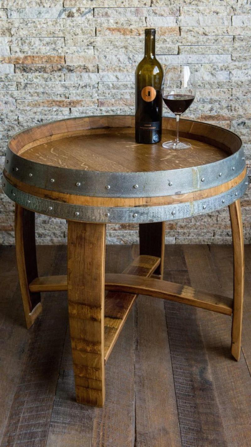 table tonneau table d appoint bouteille de vin rouge verre de vin mur en briques