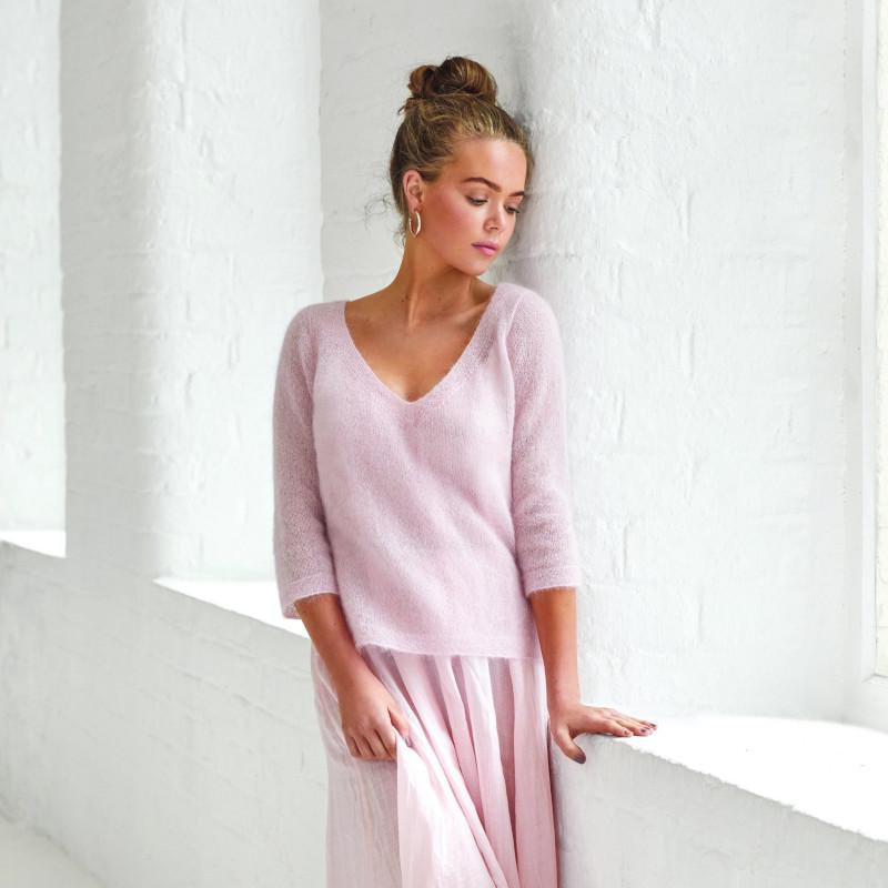 tendance automne hiver 2021 2022 jupe en rose pull romantique rose cheveux en chignon