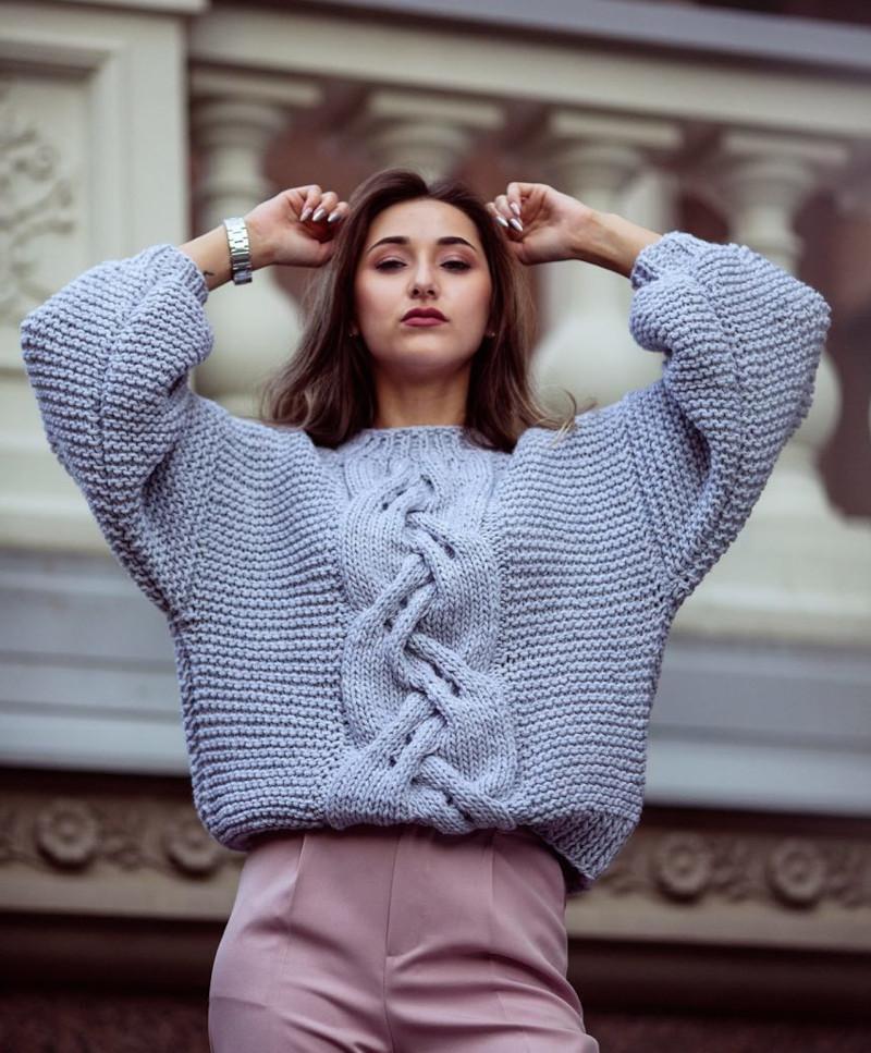 tendance automne hiver 2021 2022 pull bleu clair pantalon rose poudré femme aux cheveux chocolat